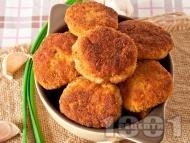 Пържени картофени кюфтета в галета с топено сирене и чесън